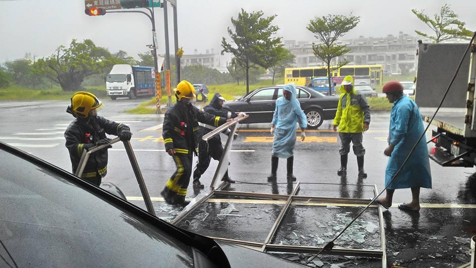 東港消防隊及公所清潔隊員排除路面斷裂鋁窗,台電也搶救掉落電線。記者蔣繼平/翻攝