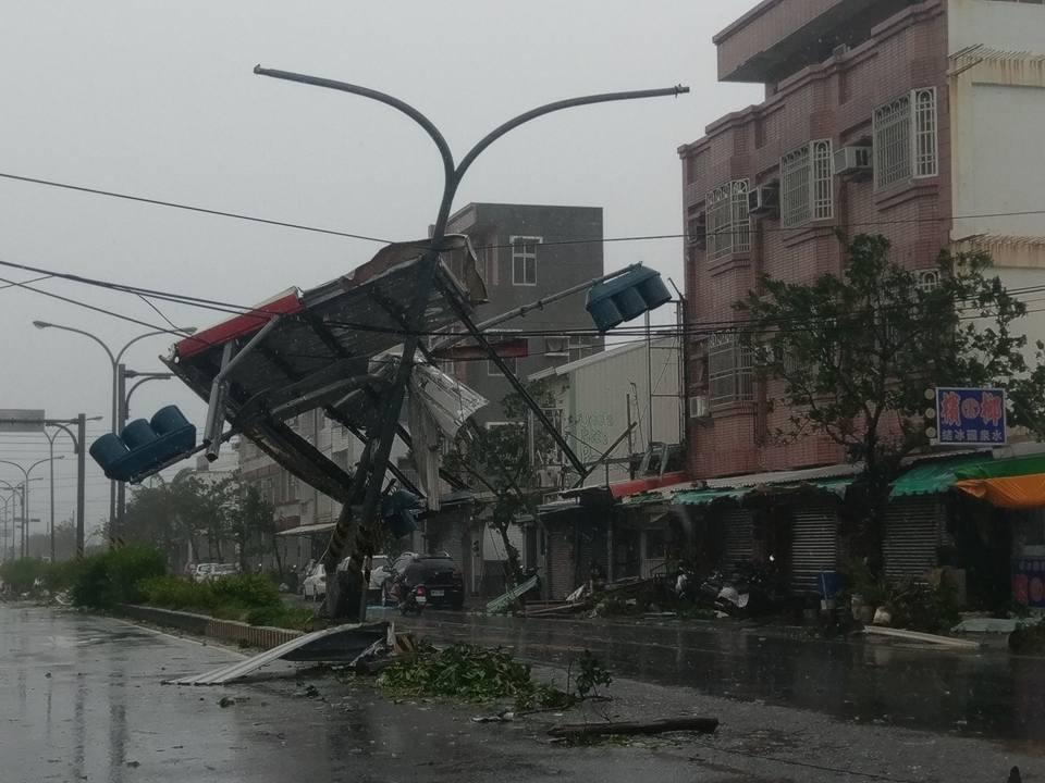 台東市區紅綠燈被吹落的招牌打歪。圖/取自賴坤成立委臉書