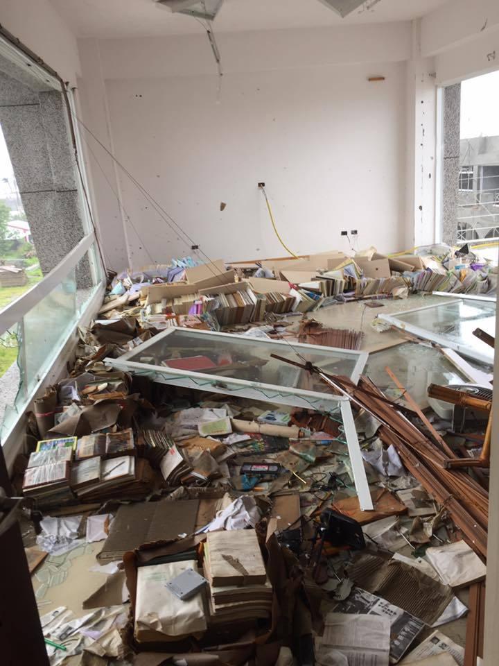 台東大學教授魏俊華位於三樓的書房災情慘重。圖/魏俊華提供