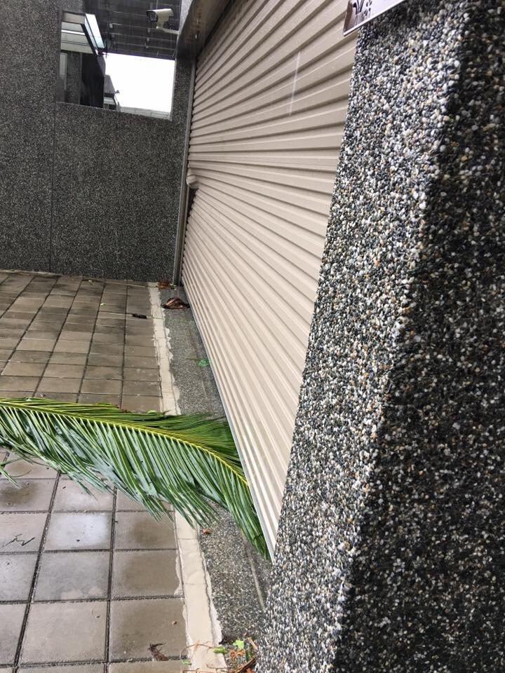 尼伯特威力強勁,民眾住家鐵捲門也被吹壞。圖/讀者提供授權使用