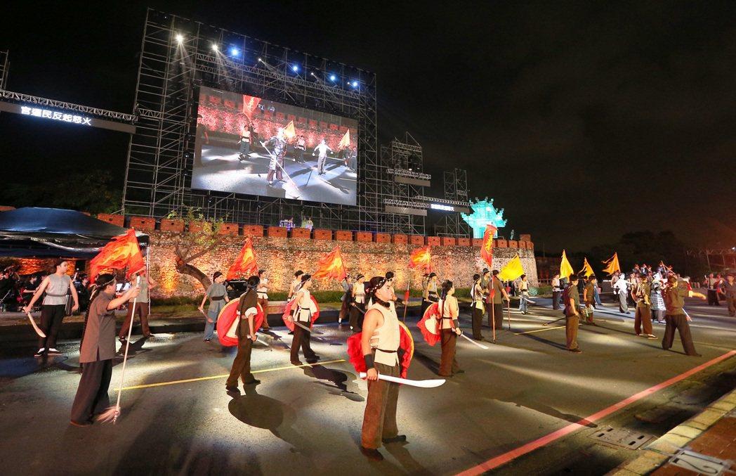 國內首次嘗試貫穿史實的大型環境劇場「見城」今晚在左營舊城前演出,台下觀眾隨著劇情...