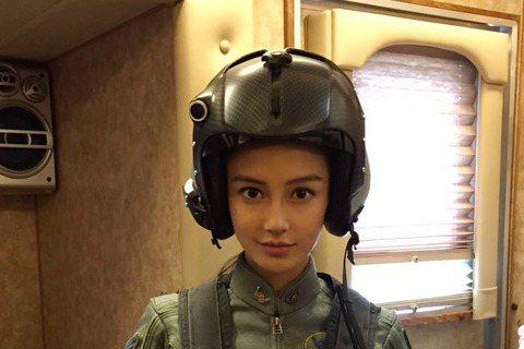 Angelababy最近客串《ID4星際重生》,日前在微博分享了張劇照。照片中的Angelababy穿著帥氣飛行服、頭戴飛行帽,帥氣模樣讓許多網友直呼「越看越美麗」。不過,有網友卻發現,這模樣怎麼似...
