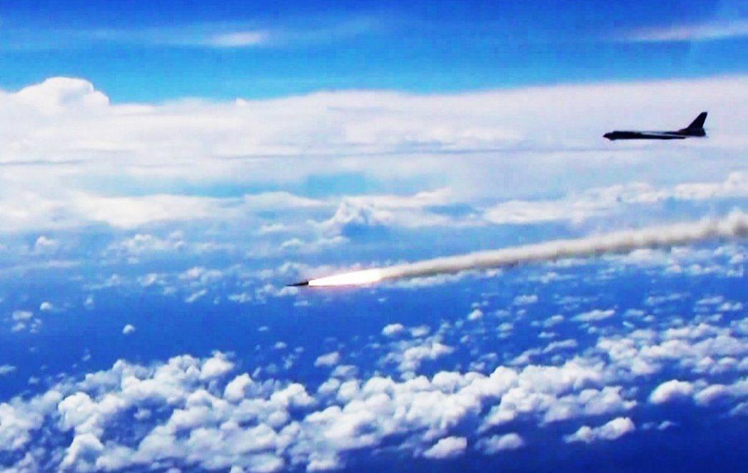 南海仲裁即將出爐,中國海軍8日在海南島至西沙附近海空域組織參演部隊實兵實彈對抗演...