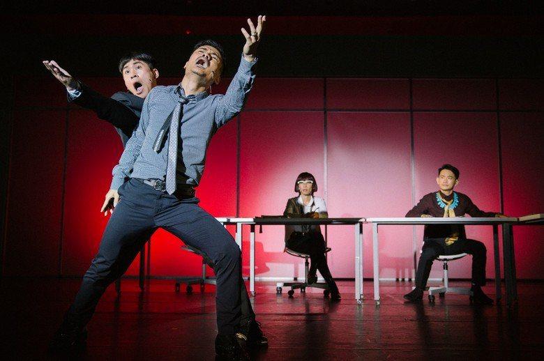 圖為果陀劇場繼一部曲《五斗米靠腰》後推出的二部曲《老闆不願透露的事》,描述老闆與...