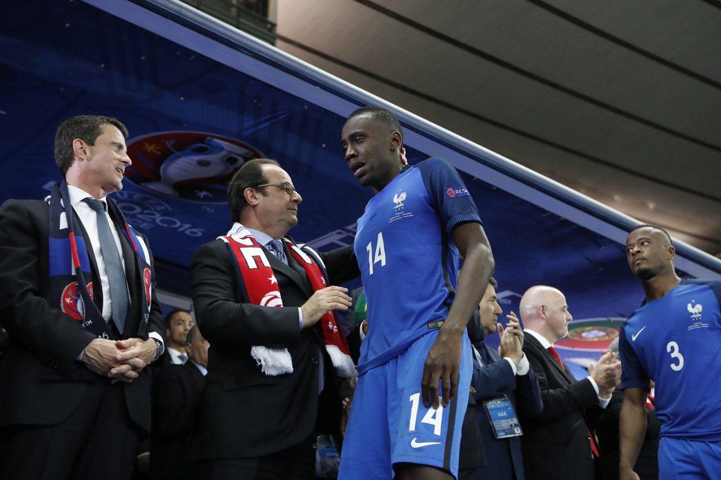 原本到場期待能迎接地主奪冠的法國總統歐蘭德(左二),在頒獎台上被失望、悲泣的法國...