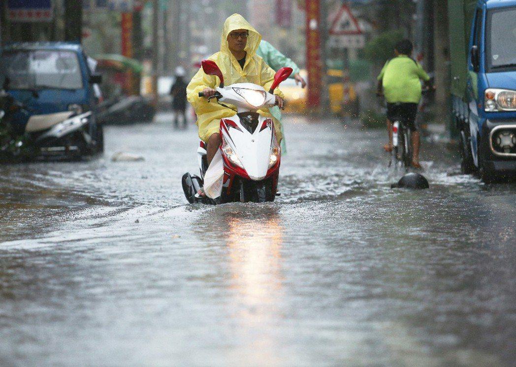 尼伯特颱風來襲造成高雄哈瑪星地區積水。 攝影/記者劉學聖