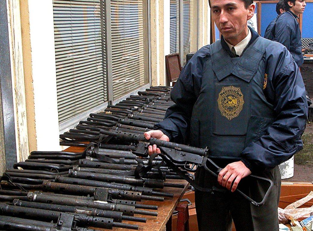 他們不但在莊園內發現了大批軍火,機槍、步槍、手榴彈之外,更還有火箭砲等,一般慈善...