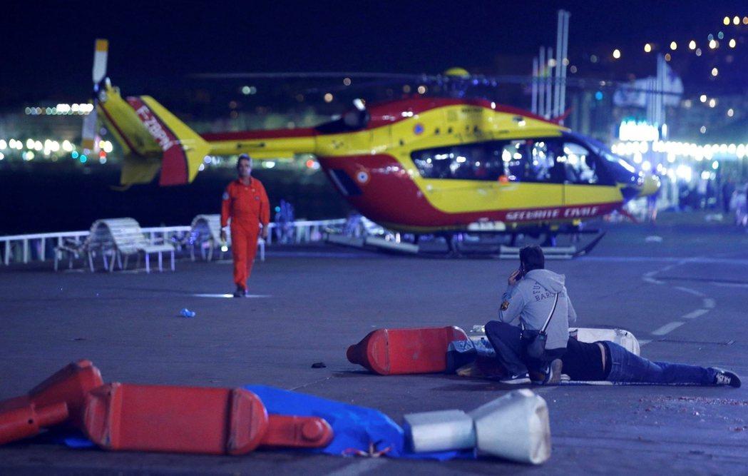 南法的軍警與醫療單位已全面動員搶救尼斯。 圖/路透社