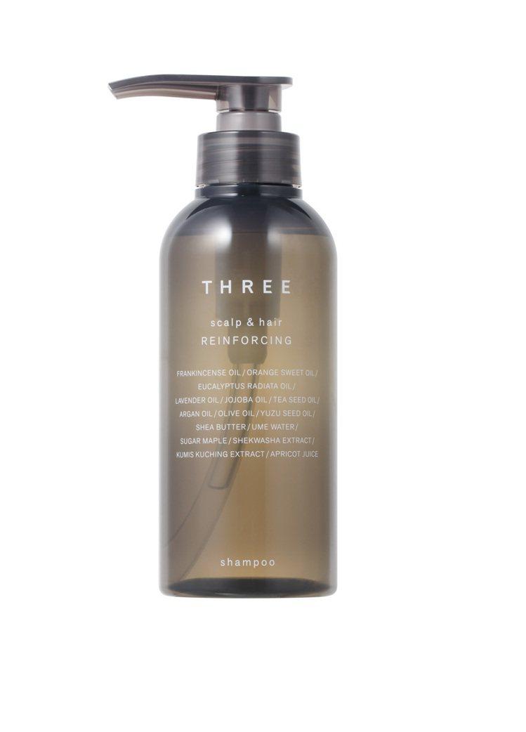 THREE極致豐盈洗髮露,順手好用的壓頭設計,結合綿密泡沫,洗淨髒汙,維持蓬鬆。...