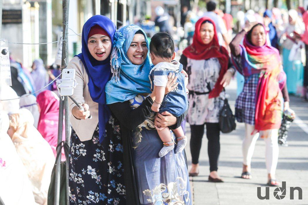 開齋節,許多穆斯林6日一大早就前往台北清真寺,在這個對他們意義重大的節日裡,帶著...