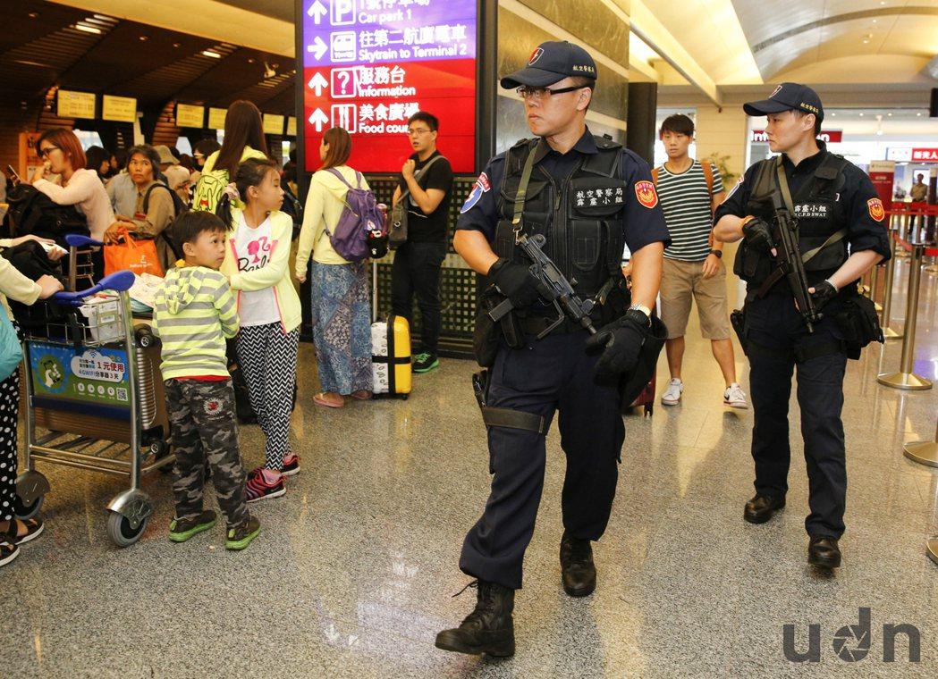 受到台鐵松山車站爆炸案影響,桃園機場提高維安與安檢層級,霹靂小組員警8日手持長短...