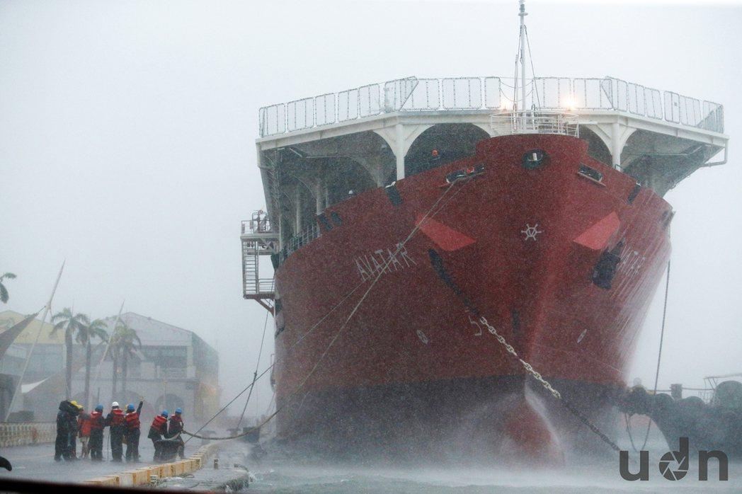 尼伯特颱風來襲,8日一艘停駁在高雄港1號碼頭的新加坡籍阿凡達(Avatar)輪,...