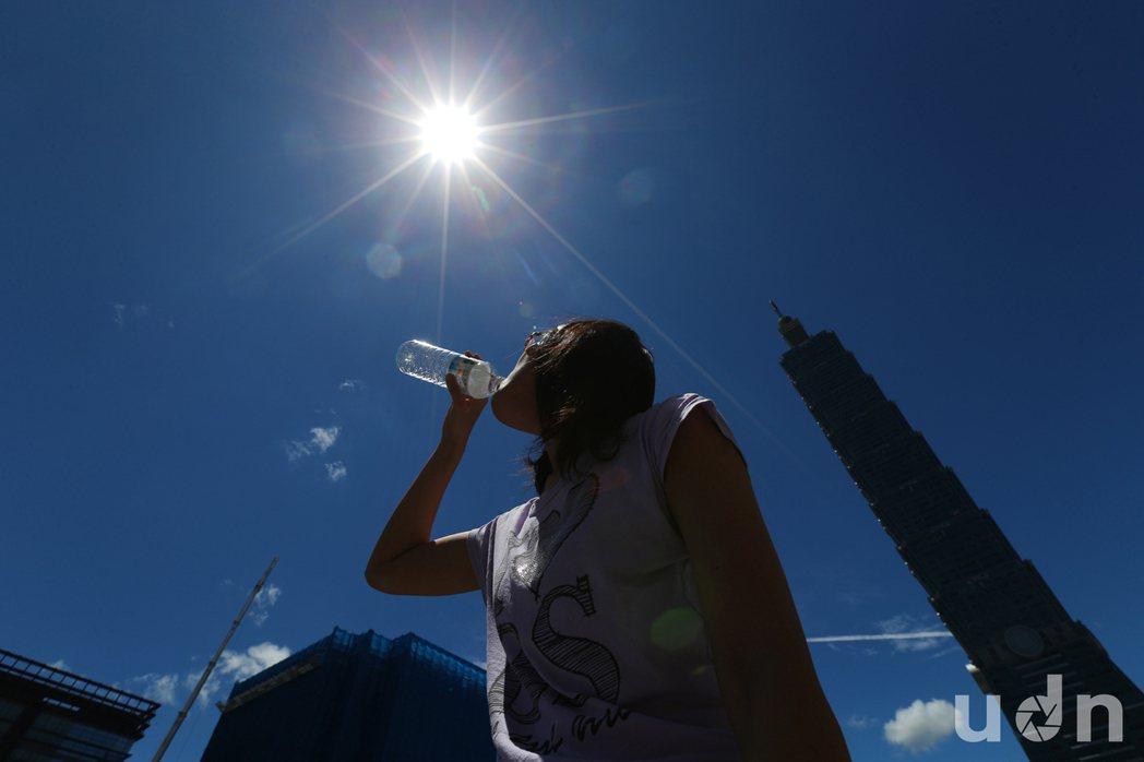 受到太平洋高壓影響,加上中颱尼伯特外圍環流將雲帶走,台北市5日天空晴朗無雲,在艷...