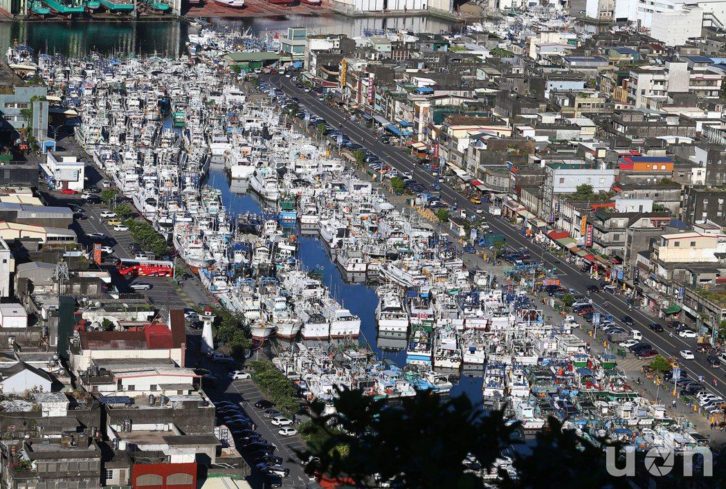 強颱尼伯特撲台,颱風路徑上首當其衝的宜蘭南方澳,6日大批漁船早已進港避風,許多外...
