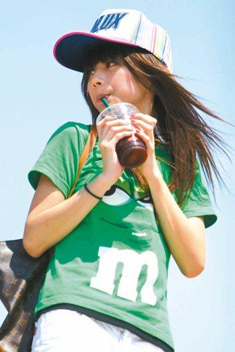 年輕人有脂肪肝的比率越來越多,與天天喝含糖飲料、吃炸物,且不愛運動有關。 本報...