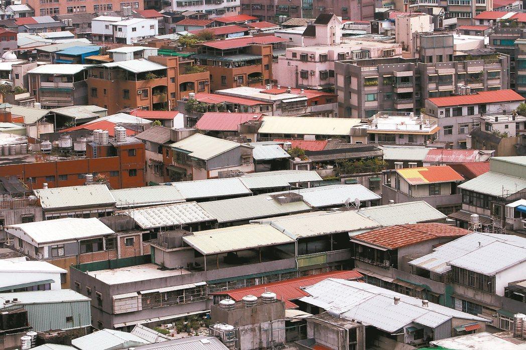 針對房屋稅調高,李同榮提四點理由駁斥花敬群的說法。 記者胡經周/攝影