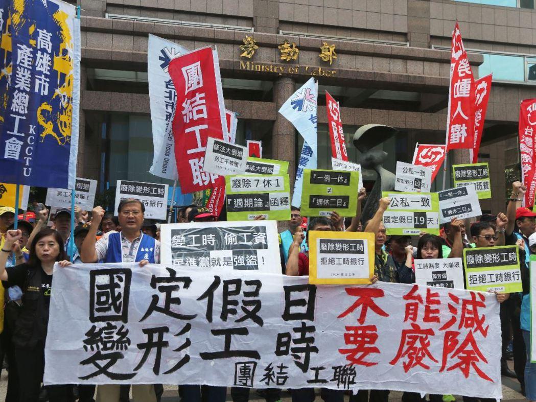 勞工團體在勞動部抗議勞基法修法。 攝影/記者陳正興