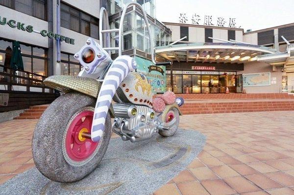 泰安服務區廣場擺設亮眼摩托車裝置藝術,讓民眾找青春回憶。 圖/南仁湖企業提供