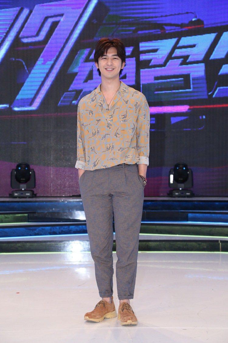 陳柏霖參加電視節目擔任評審,以印花襯衫表現他不羈迷人魅力。圖/達志