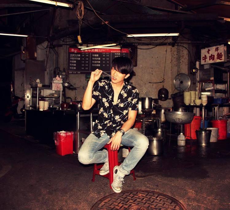 歌手與主持人的懷秋,私下也常穿印花襯衫裝帥氣。圖/摘自懷秋instagram