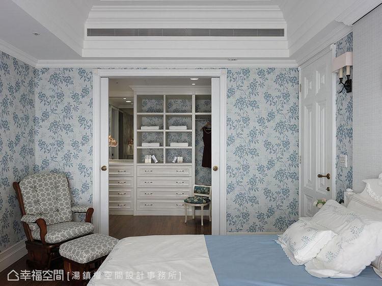 ▲更衣室:櫃底牆面接續主臥房壁紙線條,完整空間整體性。