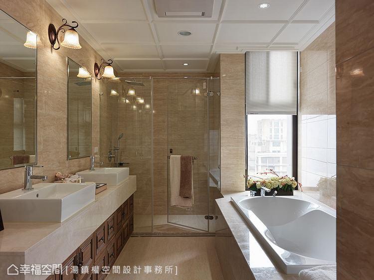 ▲主衛浴:在建商原有的設備上,加入天花立體線條、古典壁燈與胡桃木浴櫃,呼應整體設...