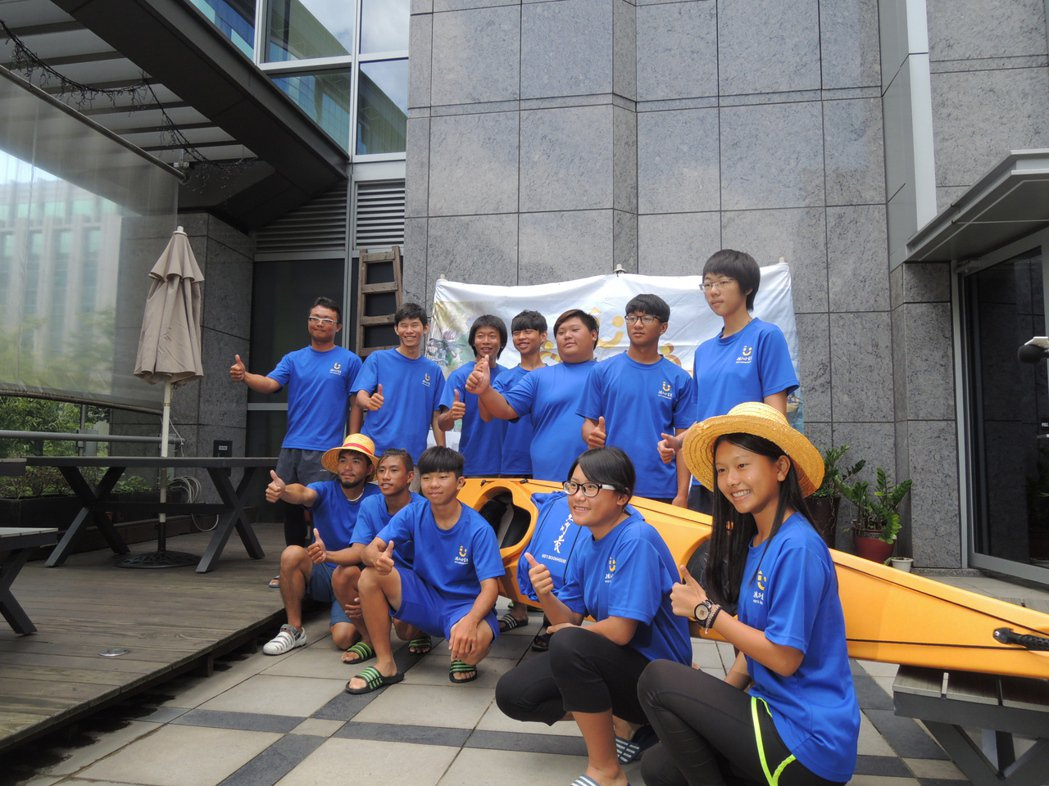台東「孩子的書屋」7月1日帶領8名弱勢中學生,挑戰獨木舟環島670公里,完成1/...