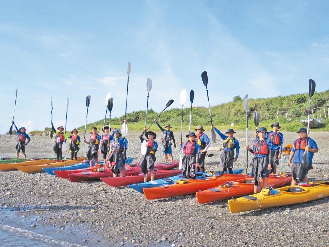 8名台東孩子月初展開獨木舟環島,家鄉遭風災重創,他們仍決定繼續完成旅程,完成目標...