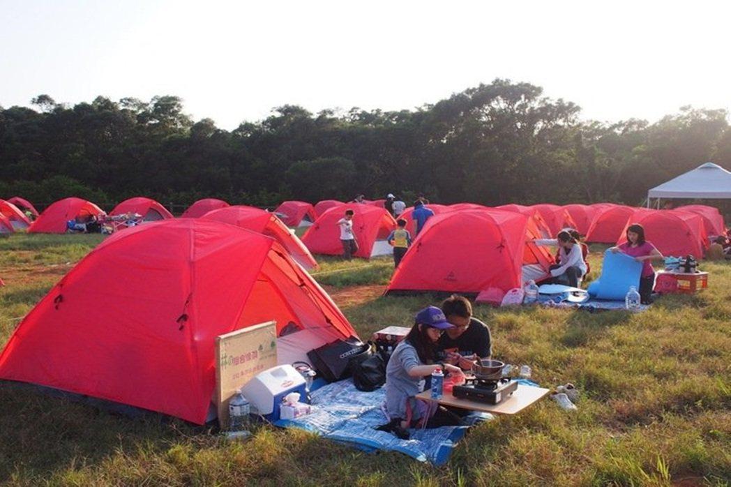 睡在家中跟帳篷的感覺孑然不同,可以貼近草地,享受春夏的美好。 圖/歐都納股份有限...