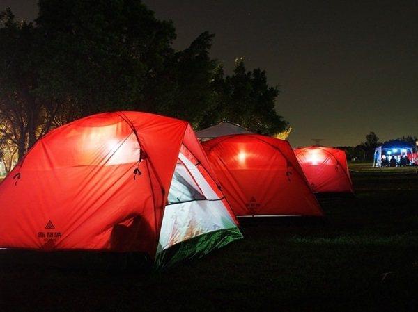 睡在家中跟帳篷露營的感覺孑然不同,可以貼近草地,享受春夏的美好。 圖/歐都納股份...