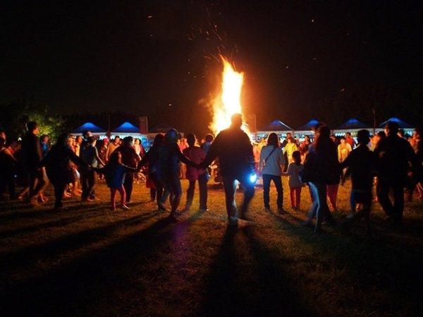 晚上的營火活動正是露營的高潮,有音樂、遊戲的帶領,讓陌生人群開啟互動橋樑。 圖/...
