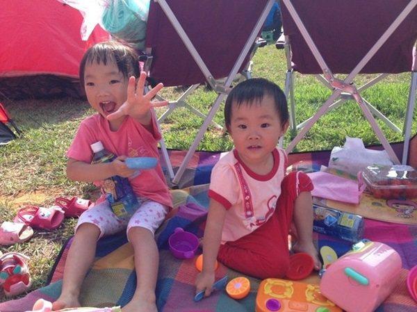 夏天來了,家長們會帶著孩子到外埔台灣省農會附設農場去露營,享受親子關係。 記者宋...