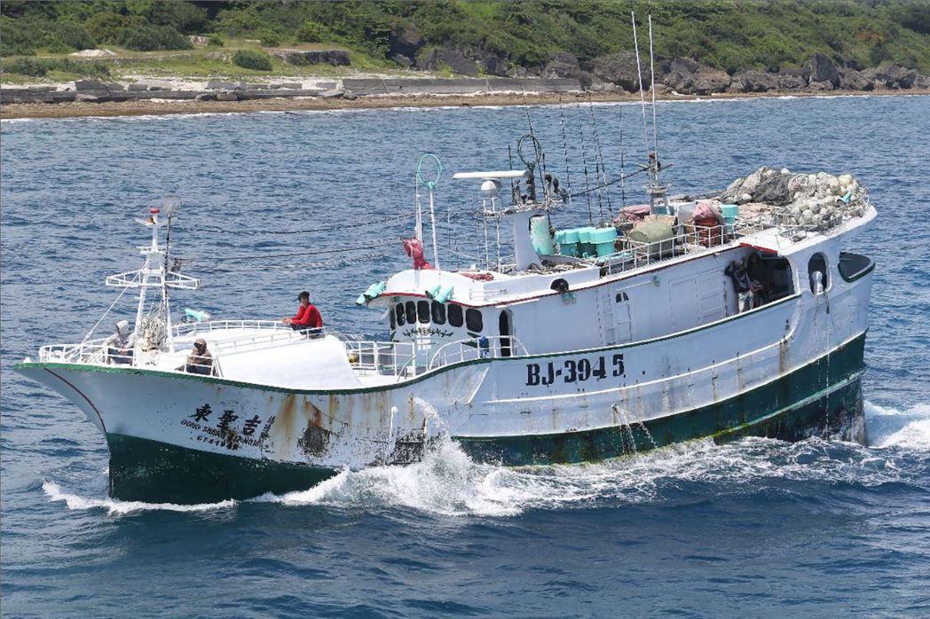今年4月我國籍「東聖吉16號」漁船,遭日本海上保安廳公務船以在日本專屬經濟海域捕魚為由,扣捕該船並將船員連同帶回日本。 攝影/記者劉學聖