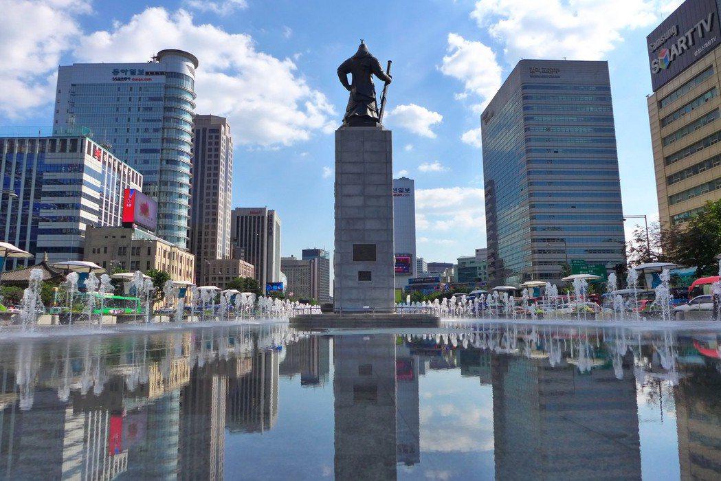 光化門廣場兩側歷史水路。 photo credit:Flickr