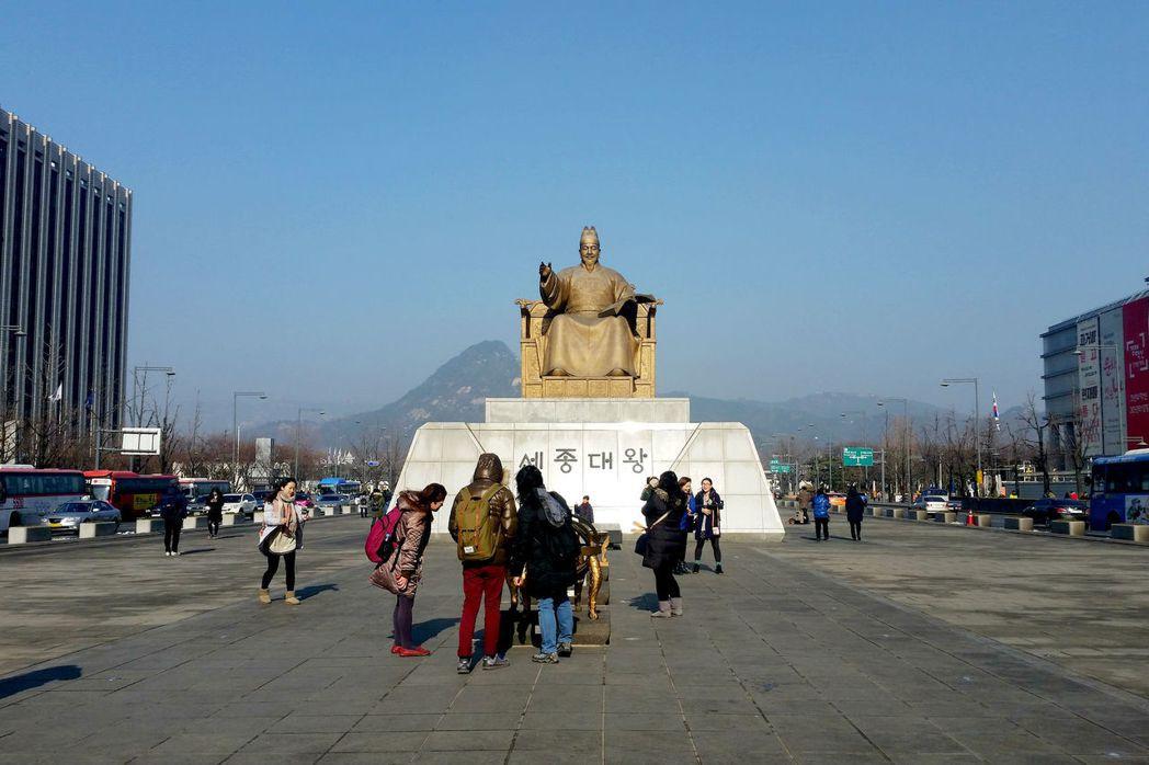 光化門廣場前世宗大王雕像。 photo credit:Flickr
