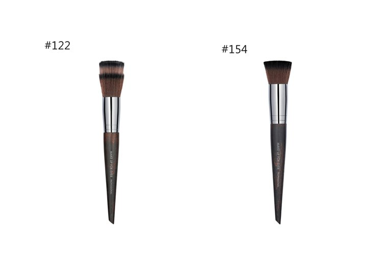 挑個順手的輔助刷具或海綿非常重要。(左)專業鬆粉刷#122 NT1750(右)勻...
