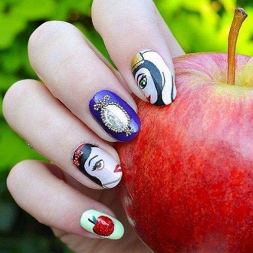 魔鏡周邊被立體的小圓珠點綴,更添立體真實感,手握蘋果,還真是應了白雪公主的故事呢...