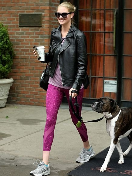 kate upton的好身材就是經常遛狗走出來的,你敢信?