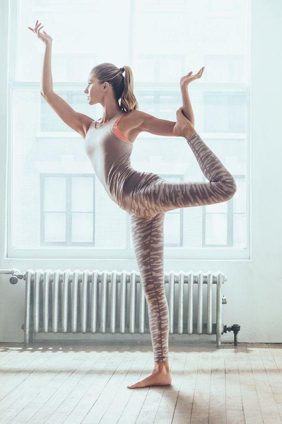 這個世紀目前最偉大的超模吉賽爾邦辰的就是用瑜伽來維持身材啦,很簡單,但很管用。