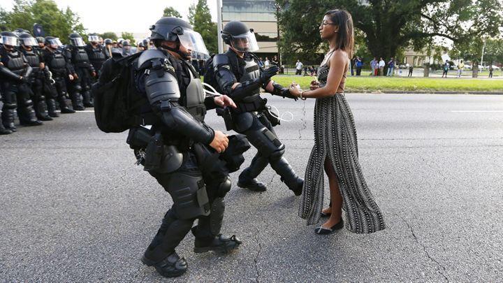 一名母親與鎮暴警察的對立。攝影者:Jonathan Bachman 路透