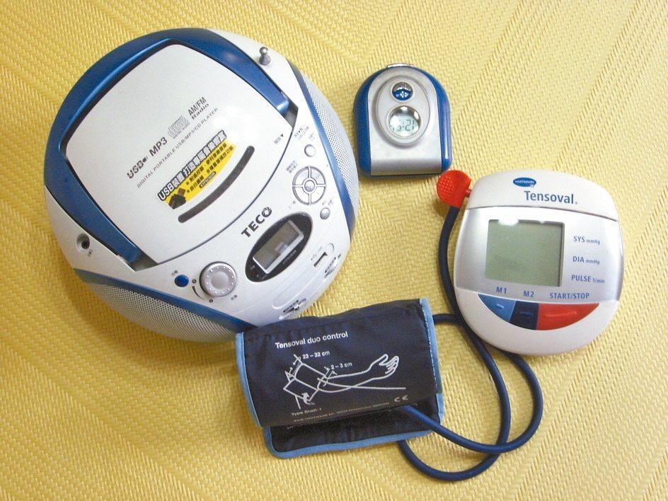 東北有三寶「人蔘、貂皮、烏拉草」,我的床頭也有三寶「音響、報時器、血壓計」,是我...