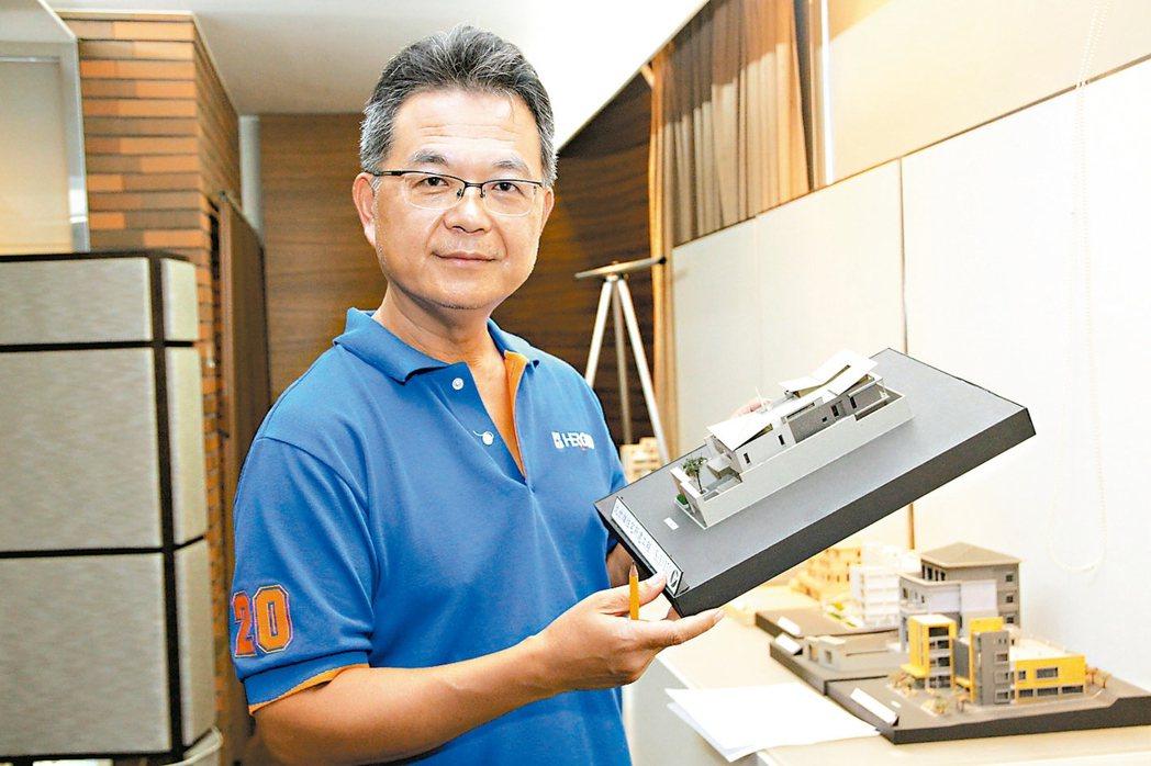 台中市禾固營造公司董事長張啟章認為,現在建築業不景氣,反而是蓋別墅的好時機。 記...