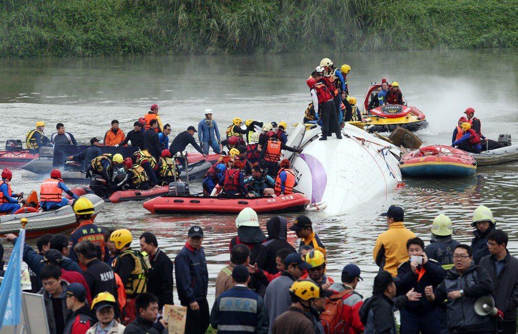 復興航空墜河,大批警消投入救援。 攝影/記者陳易辰