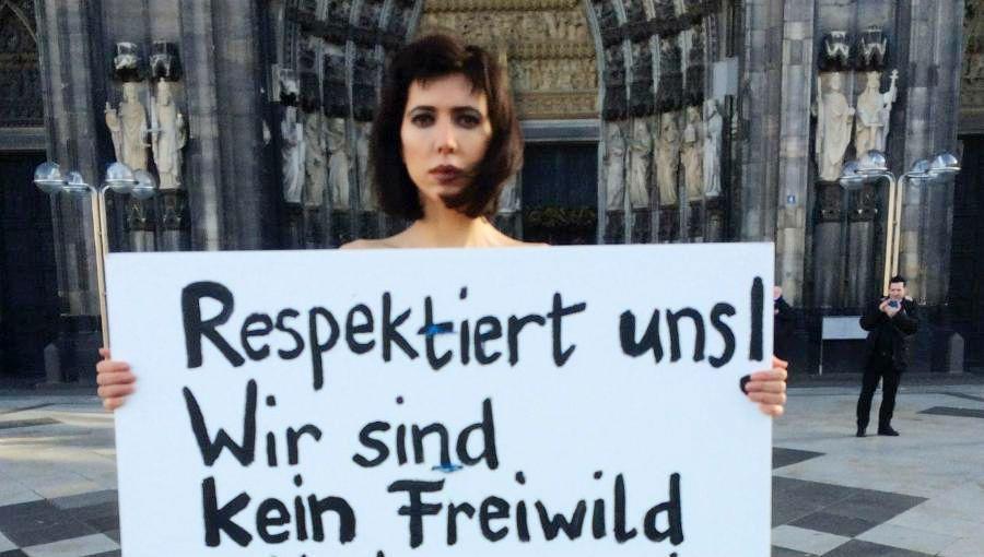 抗議性侵事件遊行中,許多女性舉著標語:我們不是任人獵捕的獵物。 圖/美聯社
