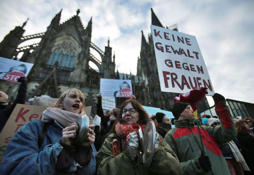 科隆新年事件後,民眾聚集在科隆大教堂前抗議性侵犯事件。 圖/美聯社