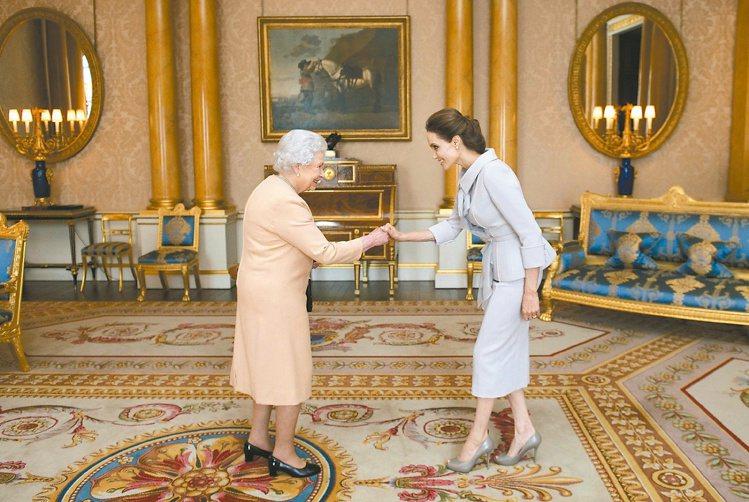 安潔莉娜裘莉在2014年接受英國女王授予聖米迦勒及聖喬治勳章爵級大十字勳章。圖/...