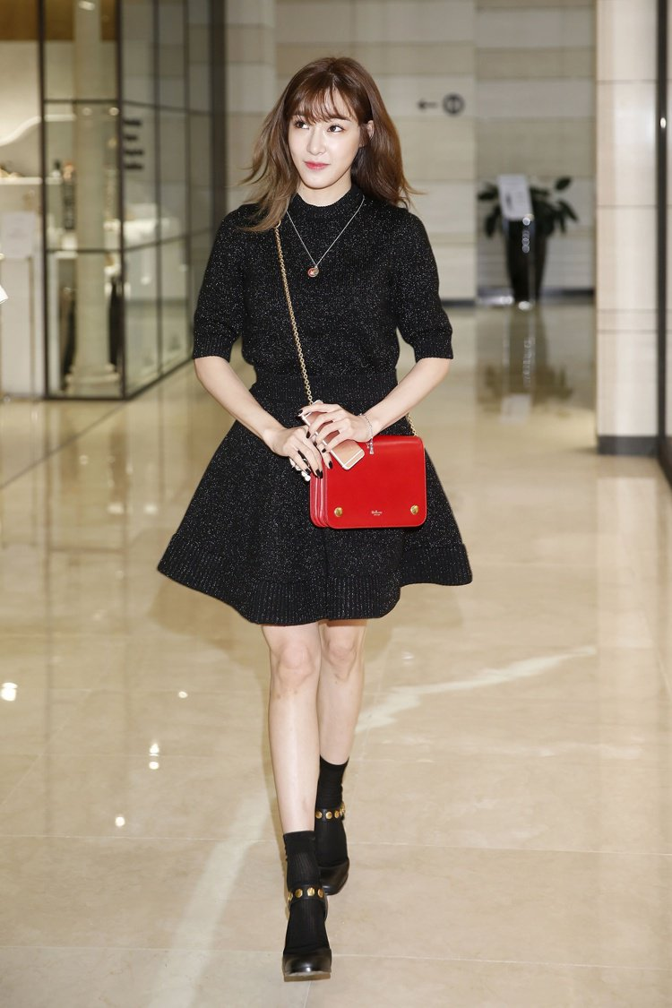 少女時代 Tiffany 展示 Clifton 系列緋紅色小牛皮鍊帶包 NT...