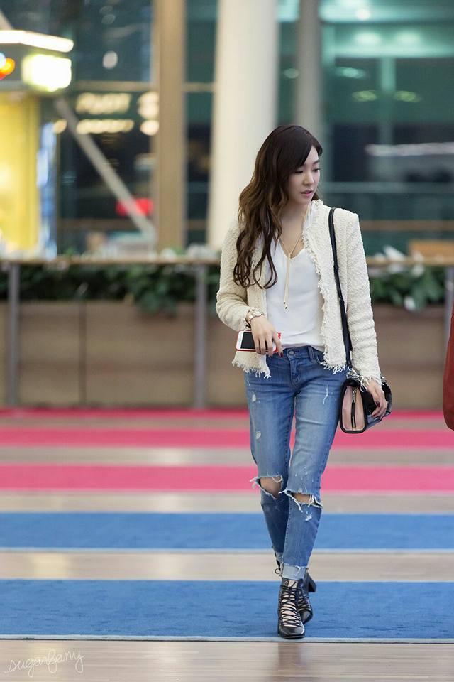 Tiffany 配戴 BVLGARI LVCEA 女性腕錶,率性演繹機場時尚。圖...