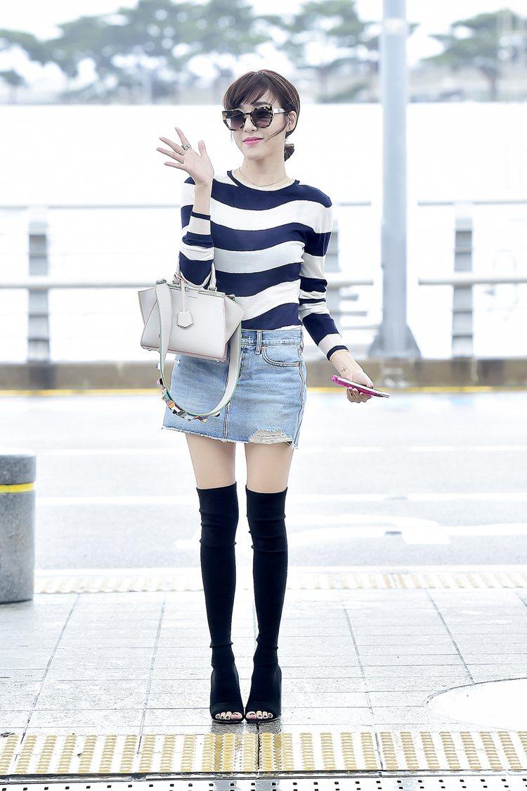 搶先穿上 FENDI 秋冬藍白條紋上衣搭牛仔短裙的 Tiffany,拎著品牌 m...