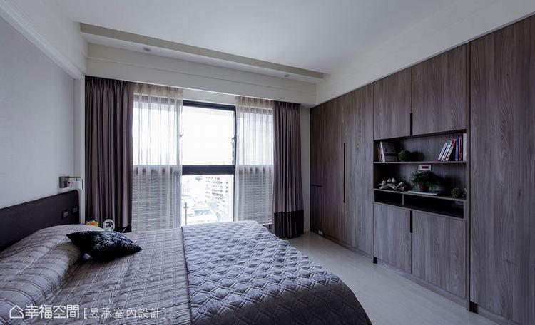 ▲這個家主臥室床尾處的系統衣高櫃及展示書櫃,是配合天花板基準線設計的,注重造型比...